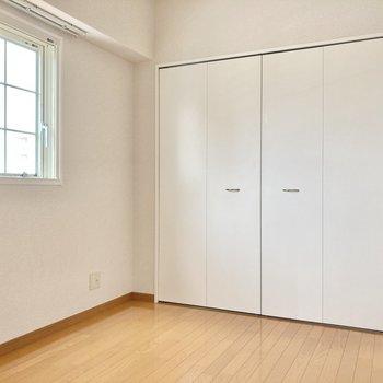 広さは約3.3帖。少しコンパクトですがジングルベッドは余裕で入ります。 (※写真は8階の同間取り別部屋のものです)