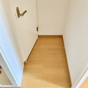 玄関入ってすぐのところにトイレがあります。 (※写真は8階の同間取り別部屋のものです)