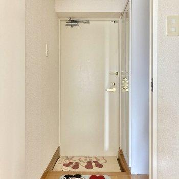 玄関は普通サイズ。 (※写真は8階の同間取り別部屋のものです)