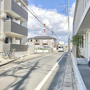 アパート前は小道になっています。閑静な住宅街が広がっています。
