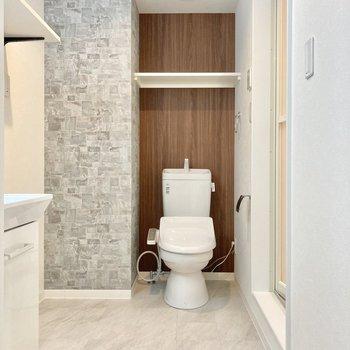 入ると突き当たりにウォシュレット付きトイレ。