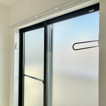 窓側には室内干しもできます。