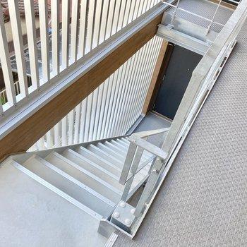 3階までは階段で。手すりもあって登りやすかったですよ。