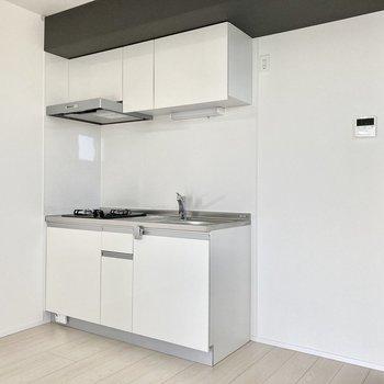 キッチンは白で統一されていて、清潔感があります。キッチン横には冷蔵庫を置きましょう。