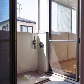 お部屋の真ん中はバルコニーです。(※写真は3階の反転間取り別部屋のものです)