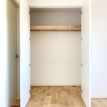 【洋室】丈の長い洋服も掛けて収納できます。