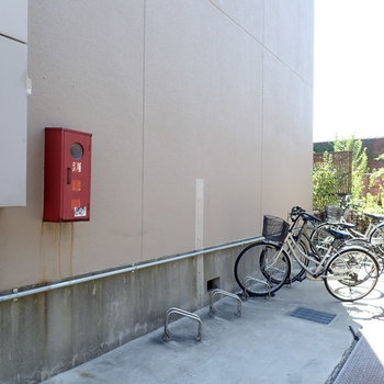 共用部】屋根なしの駐輪場。
