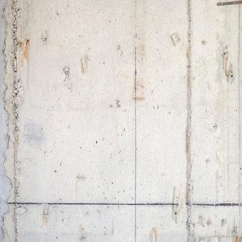 このコンクリートの荒々しさと、木の柱のすっきりした見た目がよきマリアージュ。