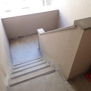 共用部】エレベーターはなく、階段でのぼります。