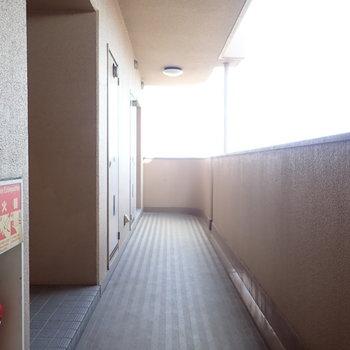 共用部】廊下からも青空が気持ちよく見えましたよ。