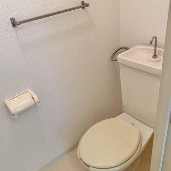 トイレはしっかり個室。上部には棚がありますよ。