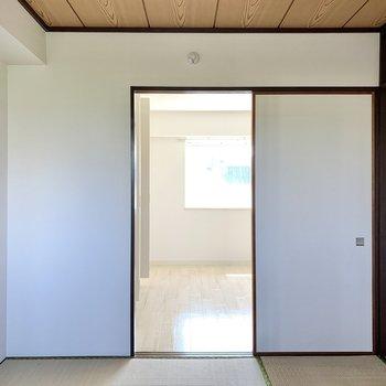 【和室】引き戸を開けば、洋室とリビングをぐるっと回れますよ。お次は水回りへ。