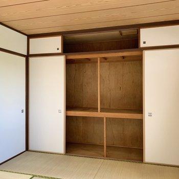 【和室】大きく開く押入れには寝具もスッキリ入りますね。