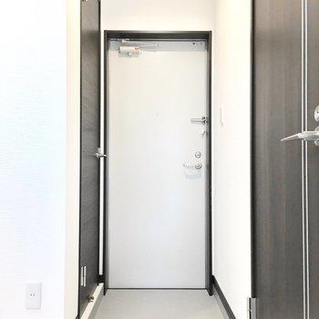 玄関はこんな感じ。隣のドアを開けると……(※写真は2階の反転間取り別部屋のものです)