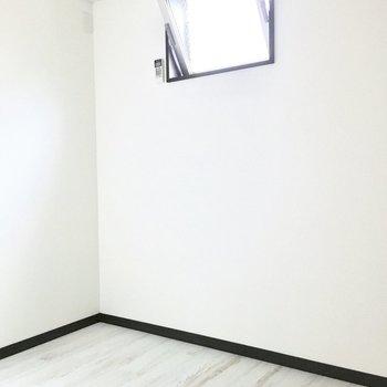 奥にはコンパクトな洋室が!ベッドを置くならしっかり採寸したい。(※写真は2階の反転間取り別部屋のものです)