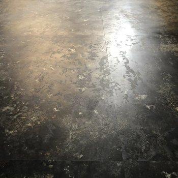 工場や倉庫をイメージした床!かっこいい!(※写真は6階の同間取り別部屋のものです)