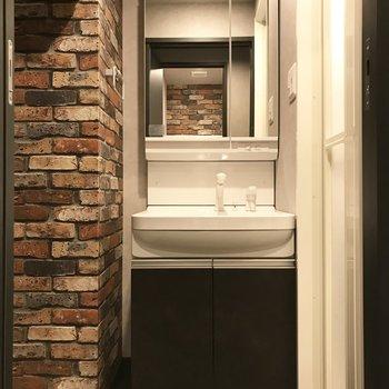 コンパクトな洗面台。使い勝手はいいですよ。(※写真は6階の同間取り別部屋のものです)