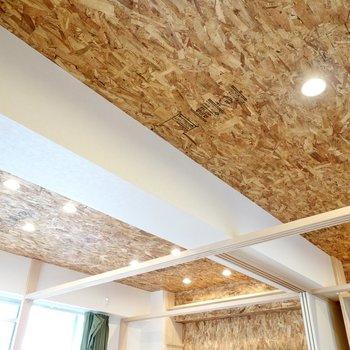 天井もOSB合板。照明には空間が映えるダウンライト。
