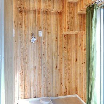 奥には洗濯機置場。木目調の壁がまるでログハウスのよう!