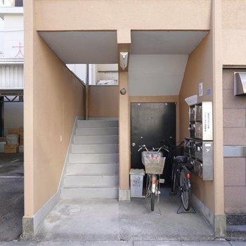 メールボックスは階段を降りた先にあります。