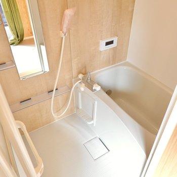 お風呂もしっかり木目調!追い焚き付きでゆっくり身体を休ませてあげられます。