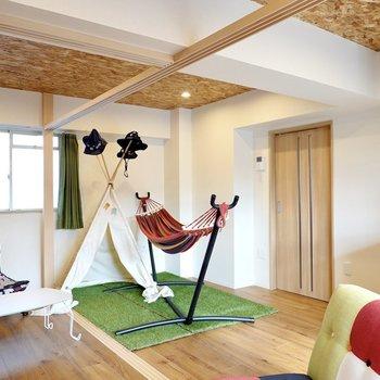 キャンプ用品を家具として取り入れて、ロースタイルで過ごすのが似合いそう◎