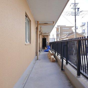玄関前の共用部は少し古いものの綺麗な状態。(※隣戸の改装中です)