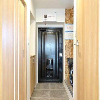 廊下の奥にはタタキの広い玄関。