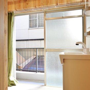 なんと脱衣所に窓があり、そのままベランダに出て洗濯物を干せるという動線……!