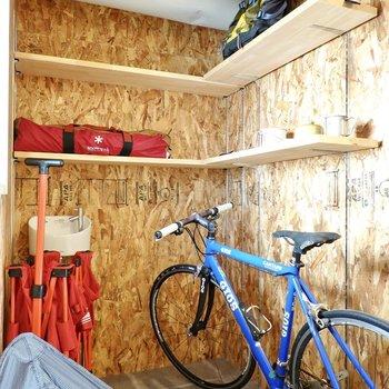 水栓付きで可動棚もあり、アウトドア用品のメンテナンスやワークスペースとして使えます◎