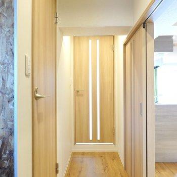 その他の水回りへ。廊下に出て正面にトイレ、右手に脱衣所があります。