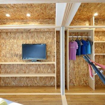 壁一面の収納に貼られているのはワイルドな風合いが特徴のOSB合板。