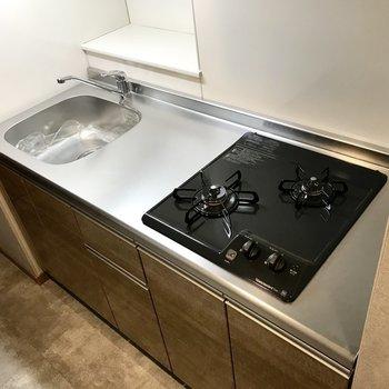 使いやすいキッチン!奥のスペースにはレシピ本置いたりね。(※写真は6階の同間取り別部屋のものです)