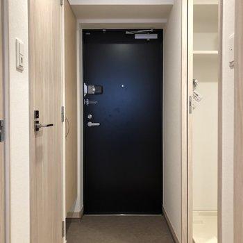 玄関はネイビーでかっこよく!(※写真は6階の同間取り別部屋のものです)