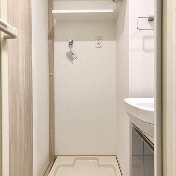 洗濯機の上にはちゃんと収納スペース付き!(※写真は6階の同間取り別部屋のものです)