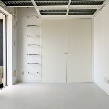 洋室は10.5帖。ソファやテレビ台などは大きめチョイスもできそう。