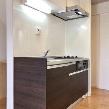 収納付きのキッチンです。※写真は1階の同間取り別部屋のものです
