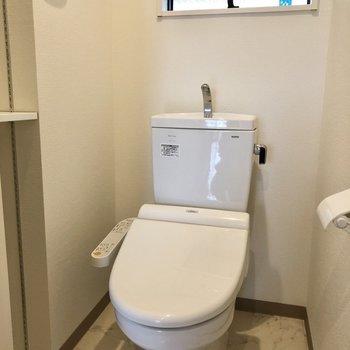 温水洗浄便座付きのトイレです。※写真は1階の同間取り別部屋のものです