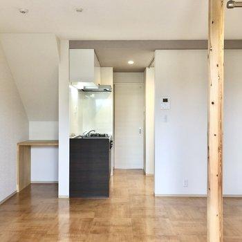 奥にキッチンがあります。※写真は1階の同間取り別部屋のものです