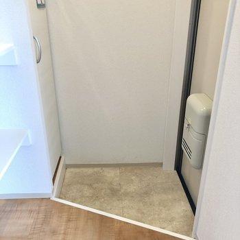 コンパクトな玄関です。※写真は1階の同間取り別部屋のものです