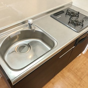 2口コンロ、調理スペースも確保できます。※写真は1階の同間取り別部屋のものです