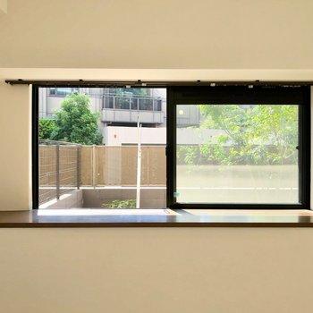 出窓では観葉植物を育ててもいいですね。