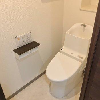 トイレは自動で蓋が開きます。上には収納もありました。