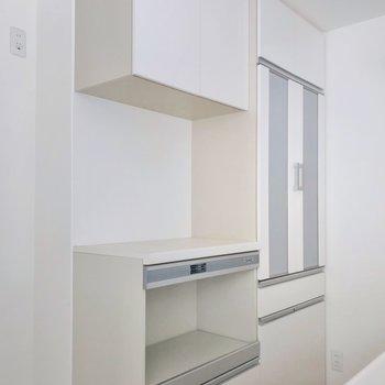 キッチンの裏にはこんな収納も。炊飯器や電子レンジの定位置に。