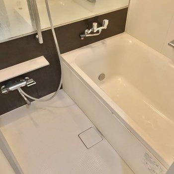 お風呂には横長の鏡。浴室乾燥機も付いています。