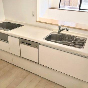 キッチンは3口コンロにグリル付き。それから……