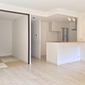 リビングは17.2帖。一角には琉球畳の和室があります。