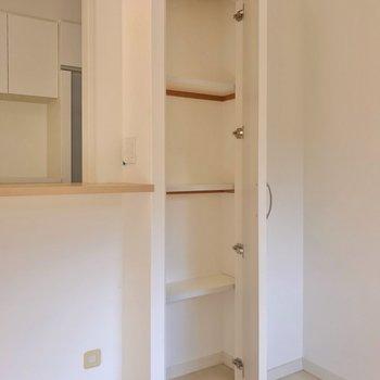 カウンターの隣にはこんな棚。絵本などの保管にもよさそうですね。