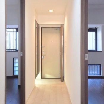洋室は玄関の両サイドに。