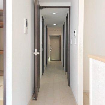 廊下側には水まわりと2部屋の洋室。
